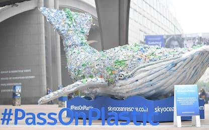 Balena di plastica fa tappa a Bruxelles