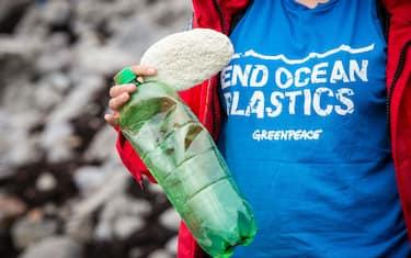 LaPresse_Greenpeace_plastica