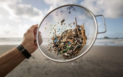 Microplastiche, aprire buste e bottiglie di plastica può generarle