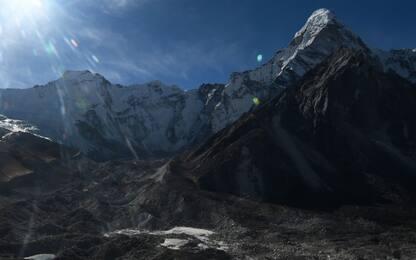 """La Cina chiude il """"suo"""" versante del Monte Everest per le pulizie"""