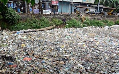 India, plastica e detriti nel fiume Bharalu. LE FOTO