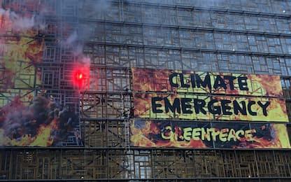 Blitz Greenpeace al Consiglio Ue per emergenza clima. FOTO