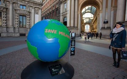 Milano, primo globo d'artista in piazza della Scala. FOTO
