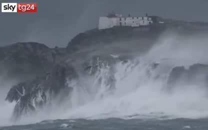 Tempesta Jorge in Irlanda, onde alte su scogliere Eagle Island. VIDEO