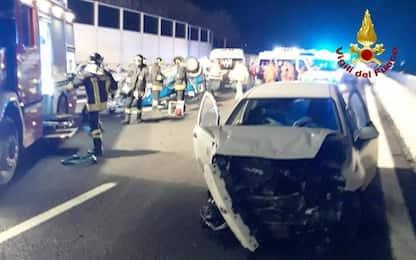 Auto ribaltata in A14, due feriti e code