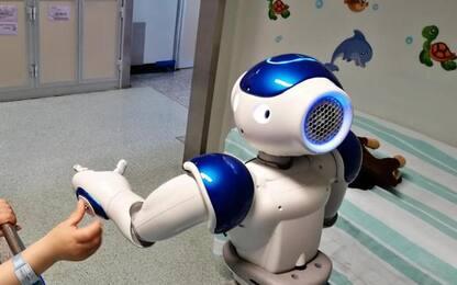 Robot umanoide in sala operatoria bimbi