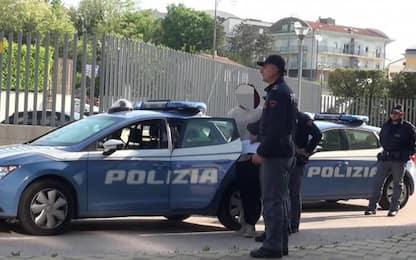 Giovane aggredisce poliziotti, arrestato