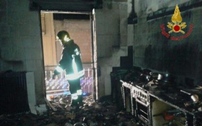 Incendio casa, anziana salva su balcone