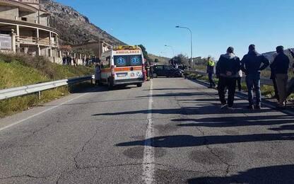 Scontro tra auto, un morto e due feriti