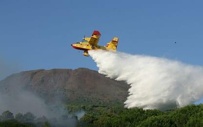 Incendio a Vulcano, utilizzato un Canadair per spegnere le fiamme