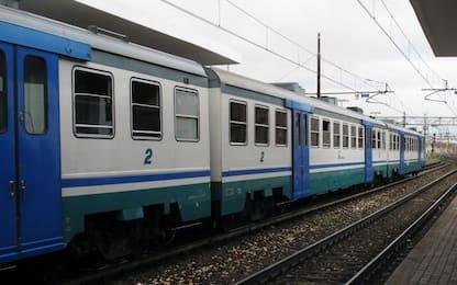 Torino, senza mascherina e biglietto in treno rifiuta discesa: preso