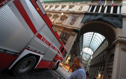 Napoli, cadono calcinacci dalla Galleria Principe
