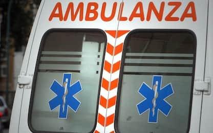 Biella, aggredisce la moglie e cade dal balcone: ferito 46enne