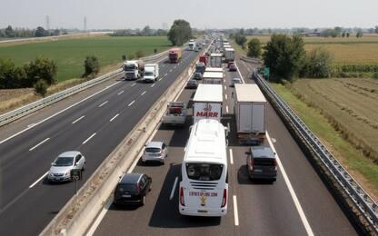Incidente su A1, tir si ribalta: 2 feriti. Riaperto tratto Roma-Orte