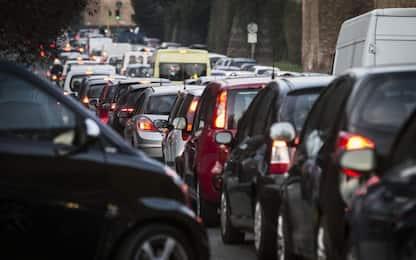 Roma, lancia sassi contro le auto in tangenziale: bloccato