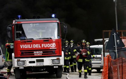 Pavia, incendio in un'isola ecologica: sequestrata l'area