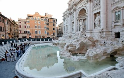 Roma, polizia rimuove 100 tavoli abusivi vicino la Fontana di Trevi