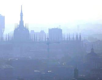 Smog, pm10 oltre i limiti: Milano e Torino tornano a bloccare le auto