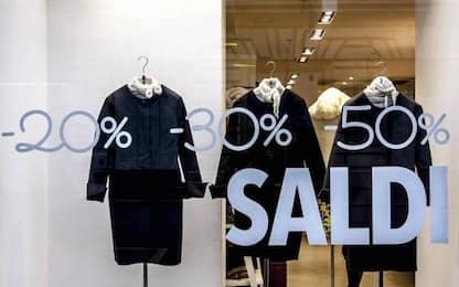 Torino, fa shopping fingendosi moglie di gente influente: denunciata