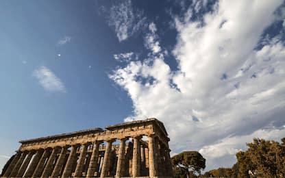 Si confessa e restituisce monete antiche rubate al Parco di Paestum