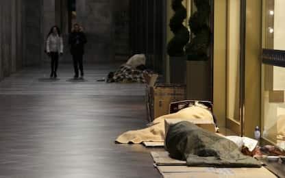 Clochard picchiato e rapinato di iPhone in pieno giorno a Milano