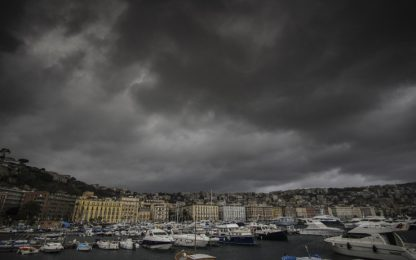 Maltempo Napoli, cadono calcinacci in un sottopasso: danneggiata auto