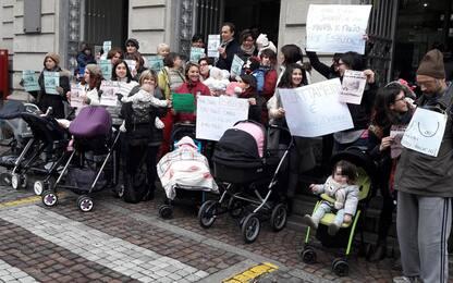 Biella, flash mob delle mamme per il diritto all'allattamento