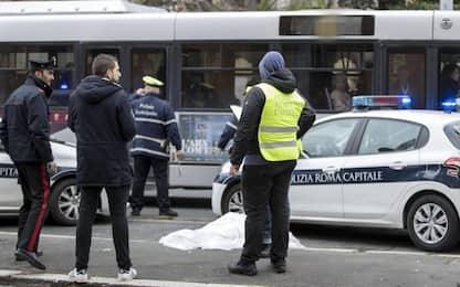 Roma, anziano travolto e ucciso da un bus che poi prosegue la corsa