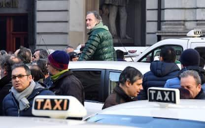 """Taxi, ancora proteste: sciopero spontaneo """"a oltranza"""" in alcune città"""