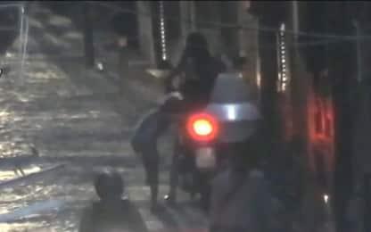 Napoli, 17enne spacciava droga in scooter con sorella di 7 anni. Video