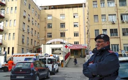 Giovane ferito a coltellate in centro a Napoli: indagini in corso