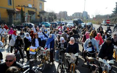 biciclettata-donne-musulmane-fotogramma-01