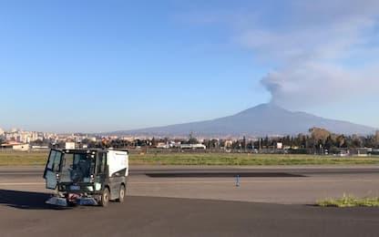 Eruzione Etna, aeroporto di Catania riapre ma restano disagi