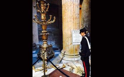 Roma, danneggia due candelabri al Pantheon: fermata dai carabinieri