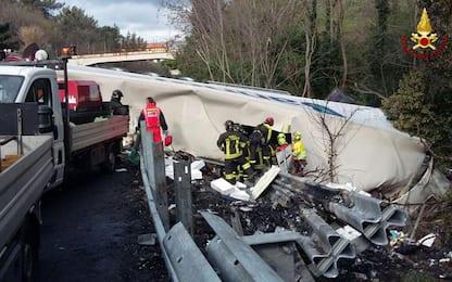 Liguria, tir travolge operai sulla A10: due morti. Arrestato l'autista