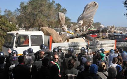 Gasdotto Tap, manifestanti lanciano pietre contro cantiere Melendugno