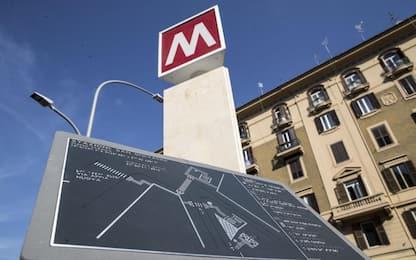 Roma, falso allarme per un pacco abbandonato su un treno della metro A