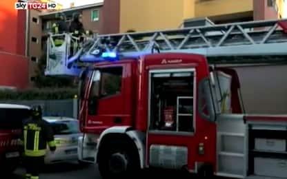 Crolla intonaco palazzina a Milano: nessun ferito, indagini in corso