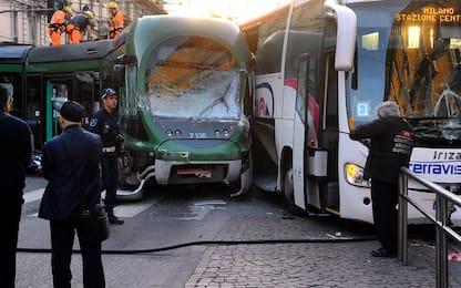 Milano, bus sperona un tram e lo fa deragliare: dodici feriti