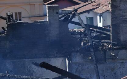 Incendio, famiglia si getta da finestra