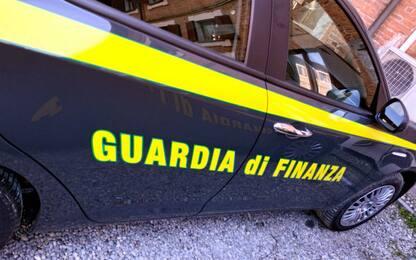 Torino, in un doppio fondo dell'auto trasporta 60mila euro: denunciato