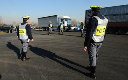 Roma, uomo trovato morto in stazione di servizio: indagini in corso