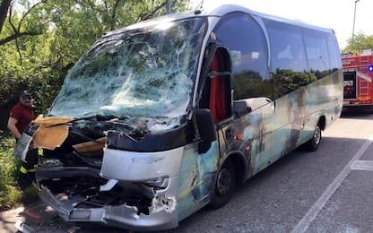 Bus tampona un camion nel Milanese, 25 feriti tra cui alcuni studenti