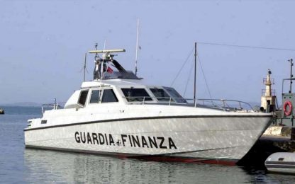 Puglia, trafficanti abbandonano su una barca 2 tonnellate di marijuana
