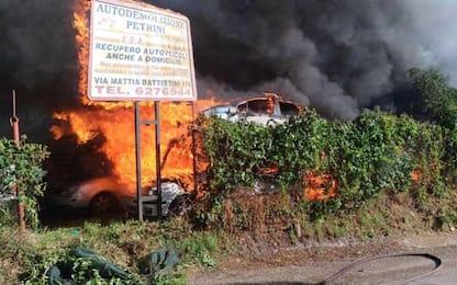 A fuoco un deposito d'auto a Roma, evacuate 3 palazzine