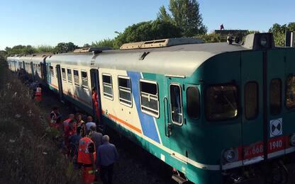 """Scontro tra treni in Salento, 15 feriti. """"Convoglio partito col rosso"""""""