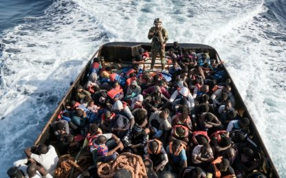"""Migranti, Amnesty accusa l'Ue: """"Lascia persone alla deriva"""""""