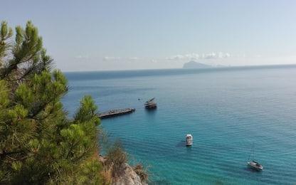 Barca travolta dalle onde del vaporetto: una turista ferita alle Eolie