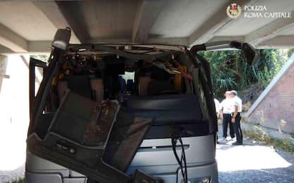 Bus si incastra sotto un ponte a Roma, diciotto feriti: grave bambino