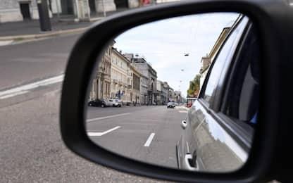 Torino, tentano truffa specchietto con poliziotto: arrestati